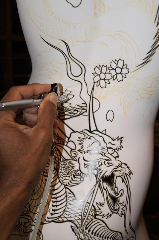 Peinture aérographe en cours sur mannequin vue dos détails