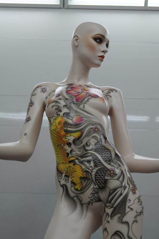 Mannequin dans cabine de peinture aérographe vue devant