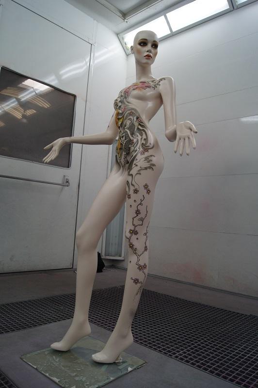 Mannequin dans cabine de peinture aérographe