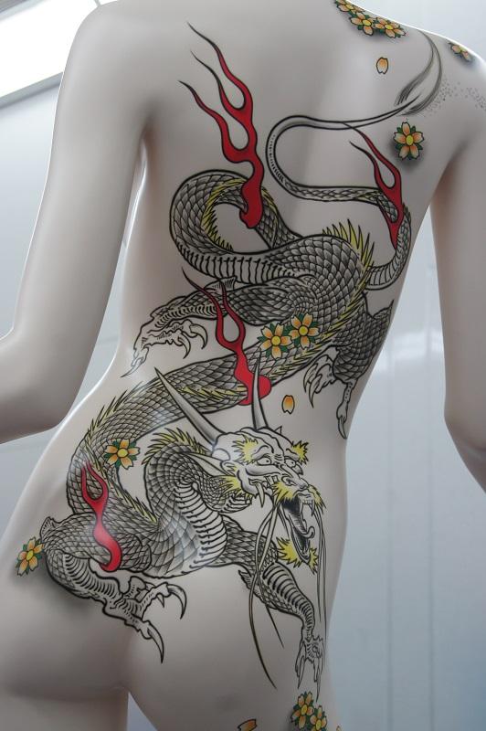 Peinture aérographe sur mannequin vue dos motif dragon