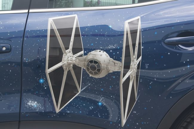 Un vaisseau TIE FIGHTER - Star Wars dessiné sur les portes du Kadjar